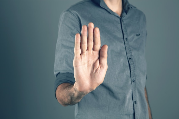 彼の手で停止を示している男 Premium写真