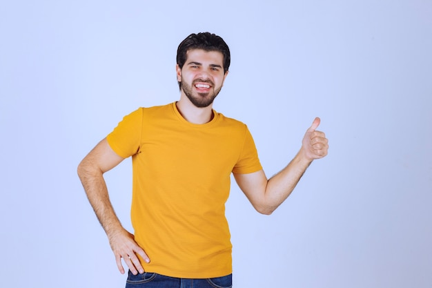 엄지 손 기호를 보여주는 남자.