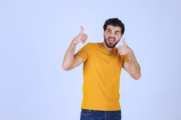 Человек показывает палец вверх знак руки