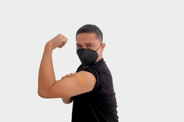 Человек показывает вакцинированную руку, изолированные на белом фоне