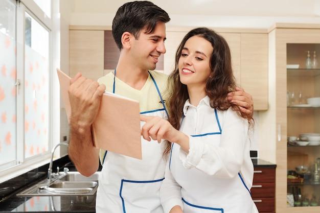 Мужчина показывает жене новый рецепт