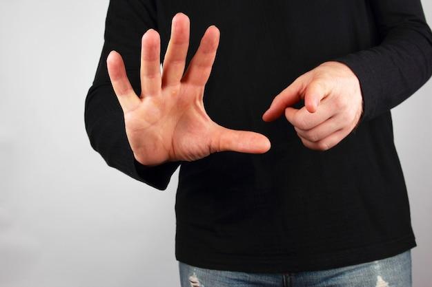 남자는 다른 손 제스처를 보여줍니다.