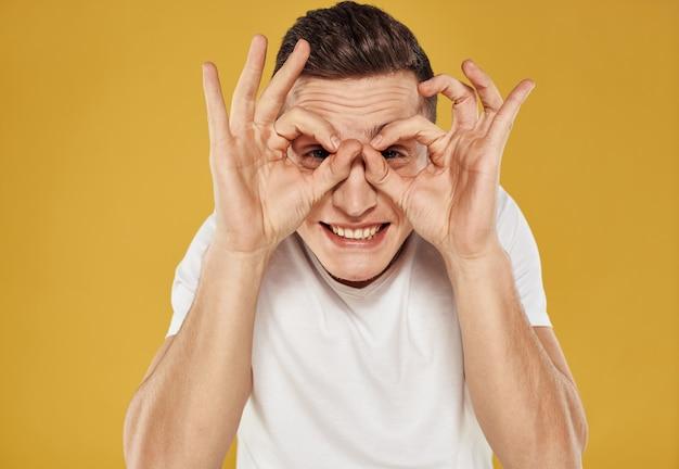 Человек показывает позитивные жесты руками весело
