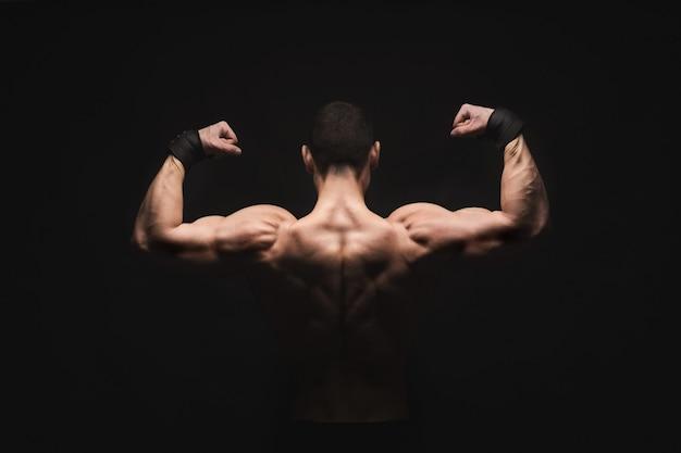 남자는 강한 등 근육을 보여줍니다