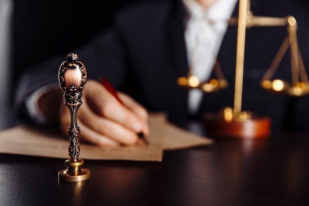 Мужчина подписывает завещание и завещание в государственной нотариальной конторе