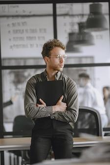 남자는 문서에 서명합니다. 테이블에 앉아 사업가입니다. 사무실에서 일하는 관리자.