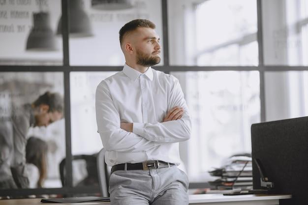 남자는 문서에 서명합니다. 사무실에서 일하는 관리자.