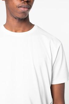 男人在简单的白色t恤摄影棚肖像