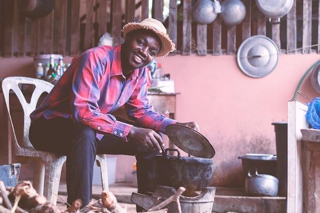 男は座って、台所で料理