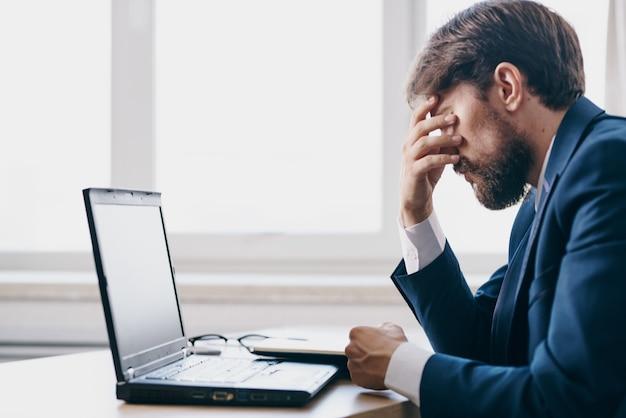 노트북 금융 네트워크 전문가 앞에 책상에 앉아 있는 남자