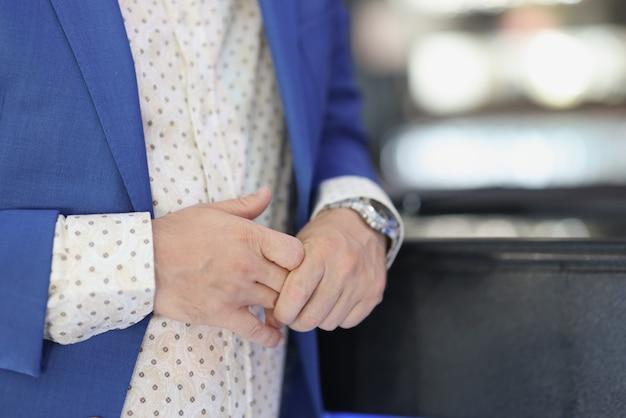 Человек сидит в баре и прячет свое обручальное кольцо крупным планом