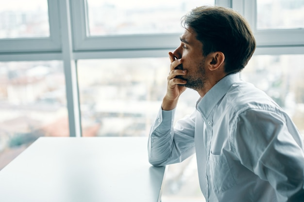 Человек сидит за столом офис эмоции депрессия стресс