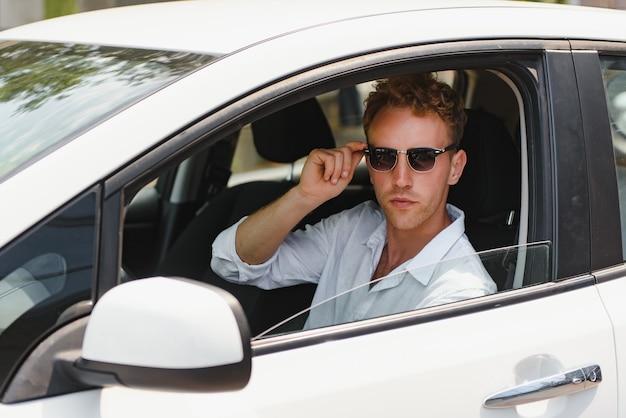 Человек сидит за рулем электромобиля