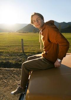 Uomo seduto su un'auto a tutto campo