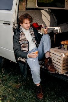 Человек сидит в фургоне во время поездки