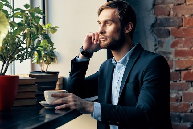 カフェライフスタイルオフィシャルレジャーに座っている男