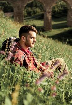 緑の野原に座っている男