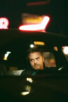 밤에 차에 앉아 남자