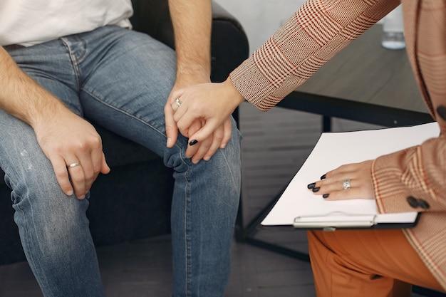 심리학자의 사무실에 앉아서 문제에 대해 이야기하는 남자
