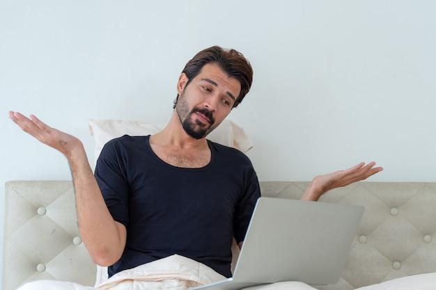 ベッドに座っている男