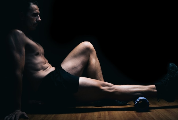 ストレッチ体操をしている床に座っている男