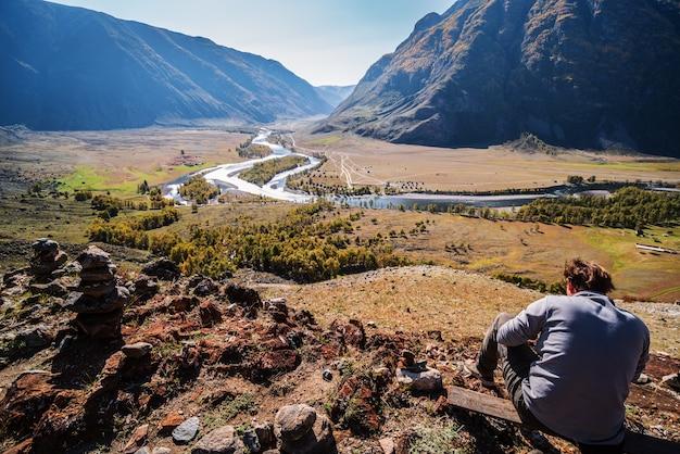 산 강 러시아 알타이 chulyshman 강 계곡의 보기와 정상에 앉아 남자