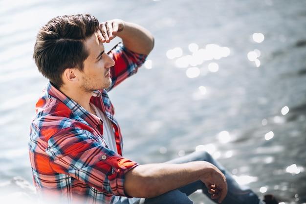 Uomo seduto sulle rocce