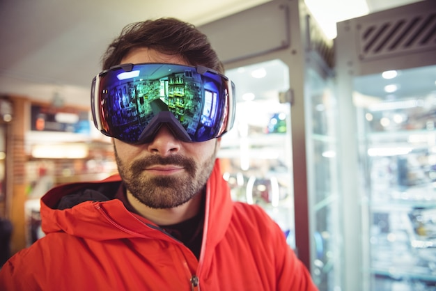 Uomo in occhiali da sci