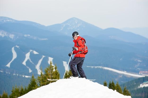 Человек лыжник на вершине склона