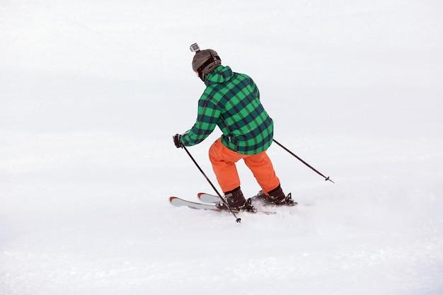 スノー リゾートでスキーをする男性。冬休み