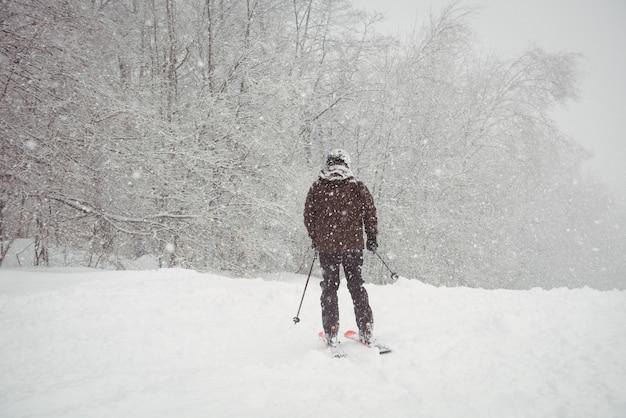 山を下ってスキーをする男