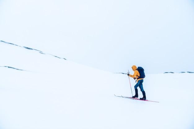 山でスキーをする男