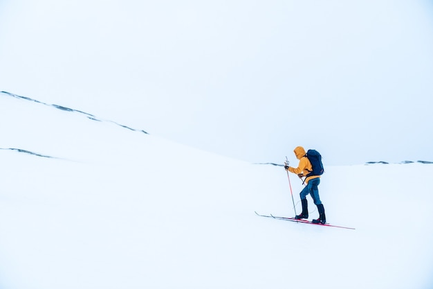 Uomo che scia in montagna