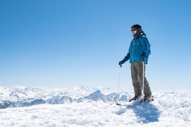 雪のスキー男