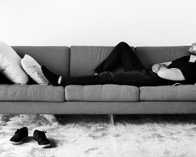 ソファーで眠っている男