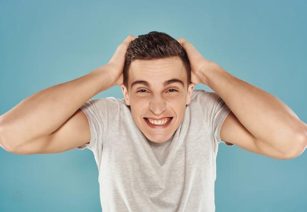 男の笑顔の感情青い背景のライフスタイルをクローズアップ