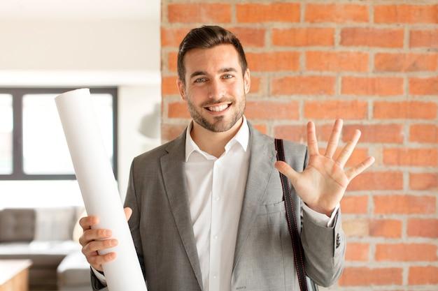 Мужчина улыбается и выглядит дружелюбно, показывает номер пять или пятое с рукой вперед, считает