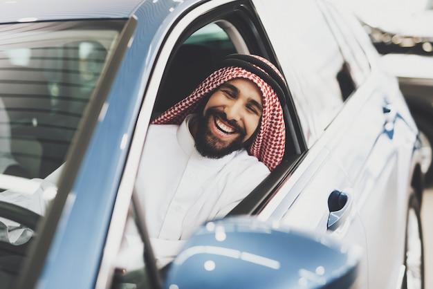 車を運転して笑っている男
