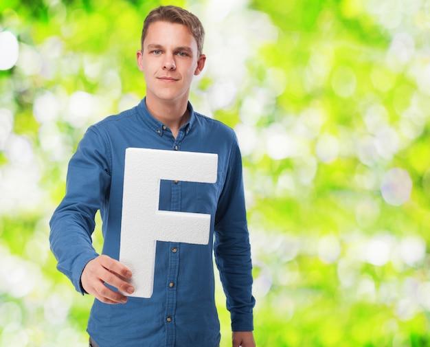 男笑顔手紙を保持する「f