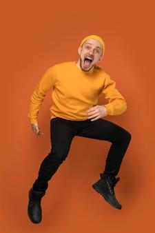 ジャンプしながら笑っている男