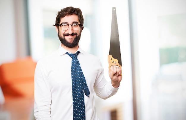 Человек улыбается с пилой