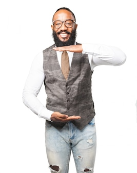 L'uomo sorride con le mani che indica una misura della dimensione della sua camicia