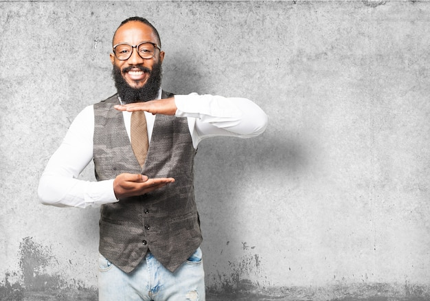 L'uomo sorride con le mani che indica una misura