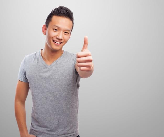 Человек улыбается с пальца вверх