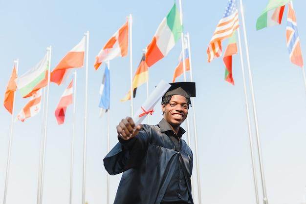 Человек улыбается на праздновании окончания университета