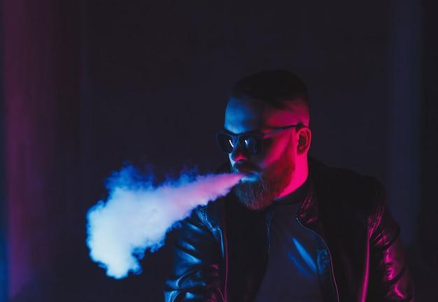 남자는 전자 담배를 피우는