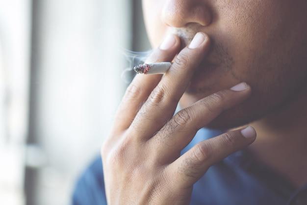 담배 흡연 남자입니다. 담배 연기가 퍼졌습니다.