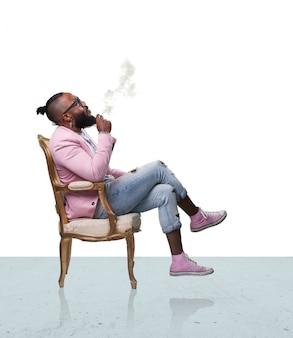 남자는의 자에 앉아 흡연