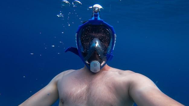 Человек с маской и трубкой в океане