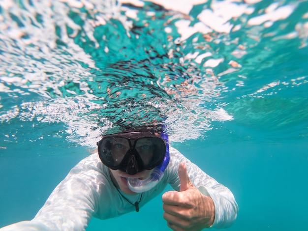 Человек подводное плавание под водой синяя прозрачная вода копирует космическую концепцию путешествий и приключений
